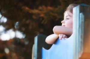Bambina mentre guarda lontano